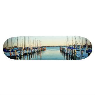 Barcos en el puerto deportivo tablas de skate