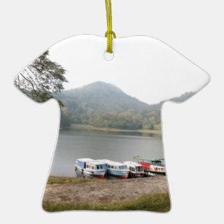 Barcos en la orilla de un lago adorno de cerámica en forma de camiseta