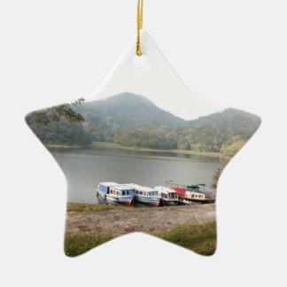Barcos en la orilla de un lago adorno de cerámica en forma de estrella
