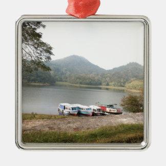Barcos en la orilla de un lago adorno cuadrado plateado