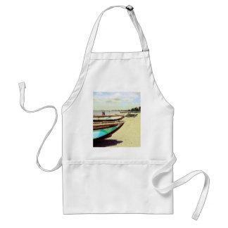 Barcos en la playa tropical delantales