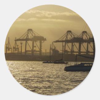 Barcos en la puesta del sol pegatina redonda