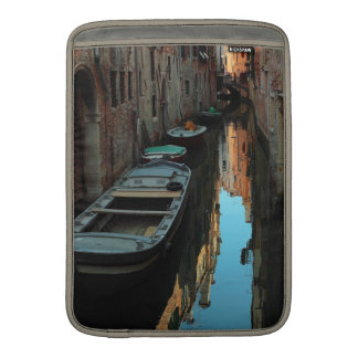 Barcos en los edificios de Venecia Italia del agua Fundas Macbook Air