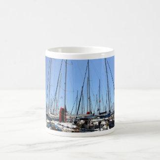 Barcos en una taza griega del puerto