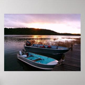 Barcos por el muelle en el ocaso póster