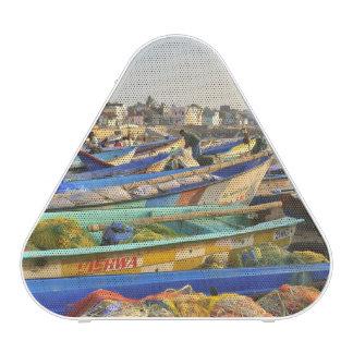 Barcos que son alistados para pescar, la iglesia altavoz