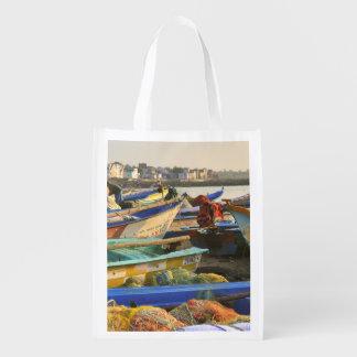 Barcos que son alistados para pescar, la iglesia bolsa de la compra