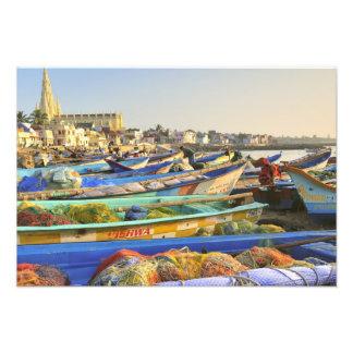Barcos que son alistados para pescar, la iglesia d fotografía