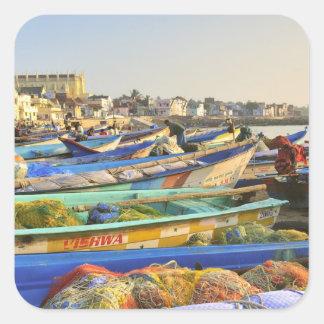 Barcos que son alistados para pescar, la iglesia pegatina cuadrada