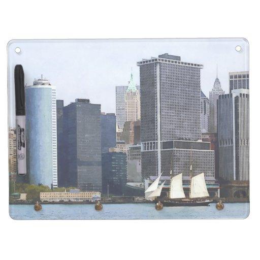 Barcos - Schooner contra el horizonte de Manhattan Pizarra Blanca