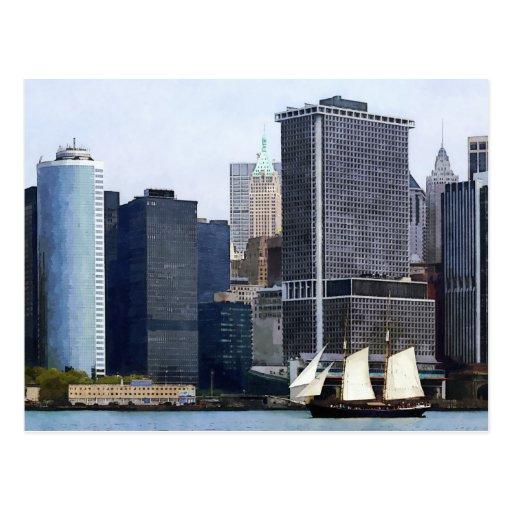 Barcos - Schooner contra el horizonte de Manhattan Tarjeta Postal