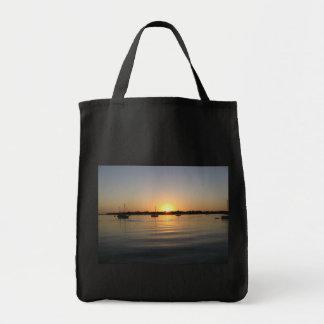 Barcos y bolso de la salida del sol bolsas