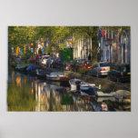 Barcos y edificios a lo largo de la correa del can póster