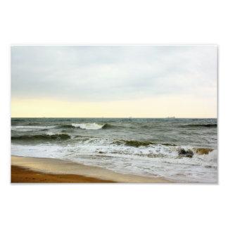 Barcos y oleaje desde la orilla de la playa fotografía