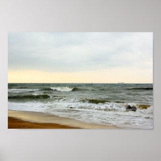 Barcos y oleaje desde la orilla de la playa póster