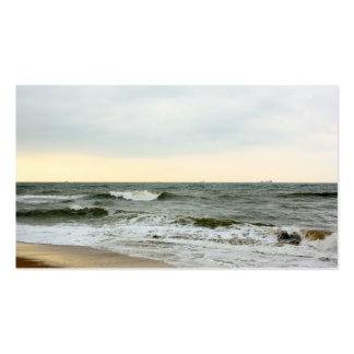 Barcos y oleaje desde la orilla de la playa tarjetas de negocios