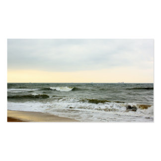 Barcos y oleaje desde la orilla de la playa tarjetas de visita