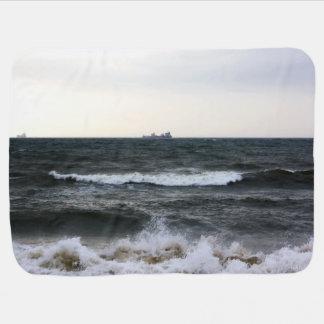 Barcos y Oleaje en océano Atlántico desde la costa Mantitas Para Bebé