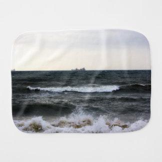 Barcos y Oleaje en océano Atlántico desde la costa Paños De Bebé