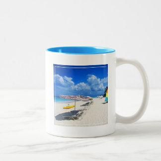 Barcos y sillas de playa taza de dos tonos