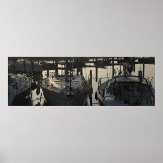 Barcos y yates amarrados de navegación en puerto d póster