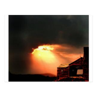 bardo abandonado en la puesta del sol postales