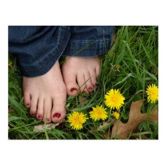 barefeet en la postal de la hierba