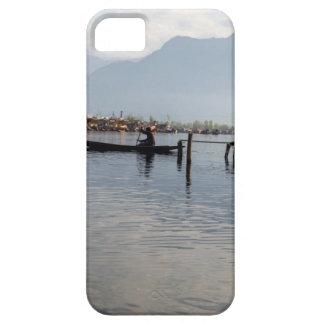 Barquero en el pequeño barco de madera iPhone 5 Case-Mate protectores