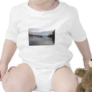 Barquero en el pequeño barco de madera trajes de bebé