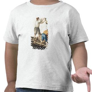 Barqueros que vierten el agua dulce en las tubería camisetas