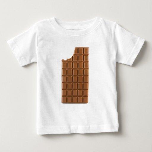 Barra de chocolate con una camiseta que falta de