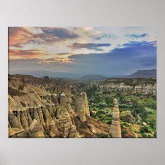 Barranco del valle del amor en Cappadocia Póster
