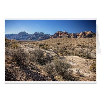 Barranco rojo de la roca y cauce del río seco tarjeta