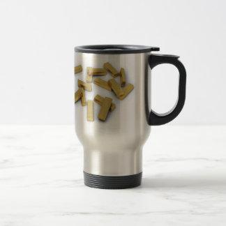 Barras de oro en bulto en un fondo blanco taza de viaje