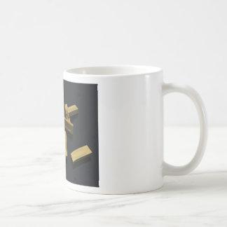 Barras de oro en bulto en un fondo negro taza