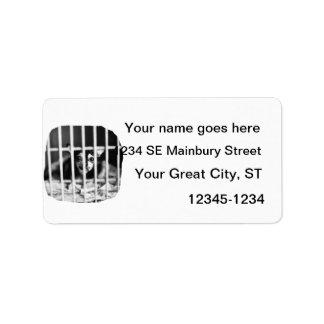barras detrás blancos y negros de la jaula de la c etiqueta de dirección