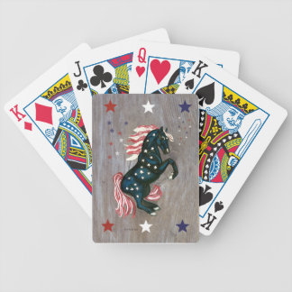 Barras y estrellas que alzan naipes del semental baraja cartas de poker