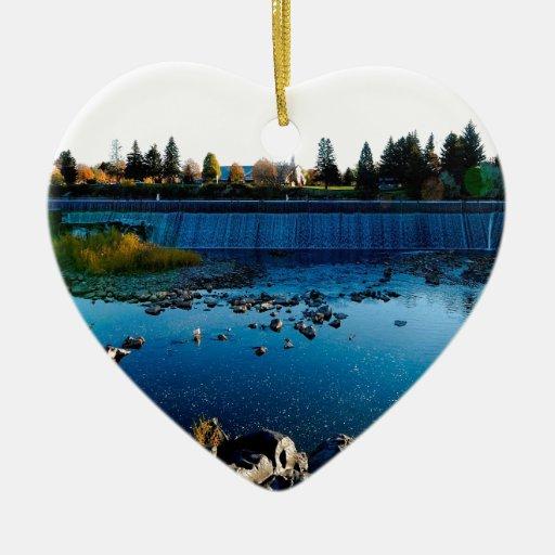 Barrera de la ciudad de la vista delantera del adorno navideño de cerámica en forma de corazón