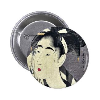 Barrido de la mujer sudado por Kitagawa, Utamaro Pin Redondo De 2 Pulgadas