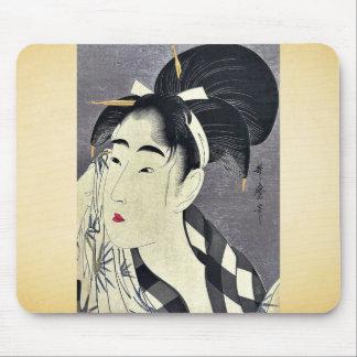 Barrido de la mujer sudado por Kitagawa, Utamaro U Tapetes De Ratón