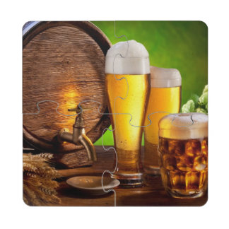 Barril de cerveza con los vidrios de cerveza en posavasos de puzzle