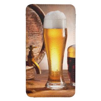 Barril de cerveza con los vidrios de cerveza en un bolsillo para galaxy s4