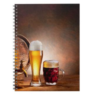 Barril de cerveza con los vidrios de cerveza en un libreta