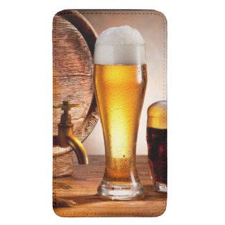 Barril de cerveza con los vidrios de cerveza en un funda acolchada para galaxy s5