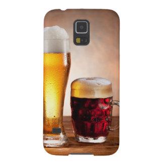 Barril de cerveza con los vidrios de cerveza en un funda de galaxy s5