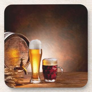 Barril de cerveza con los vidrios de cerveza en un posavasos de bebida