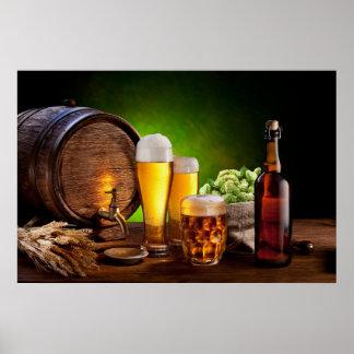 Barril de cerveza con los vidrios de cerveza en un póster