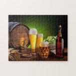 Barril de cerveza con los vidrios de cerveza en un rompecabezas con fotos