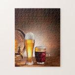 Barril de cerveza con los vidrios de cerveza en un rompecabeza