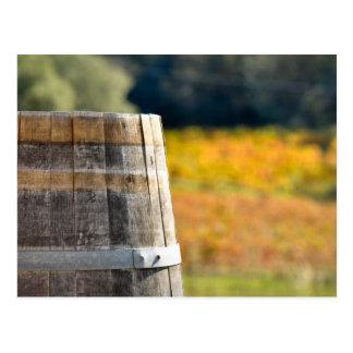 Barril de vino en caída del otoño tarjetas postales